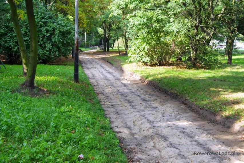 Im dalej na wschód tym prace są mniej zaawansowane. Tam zerwano jedynie chodnik