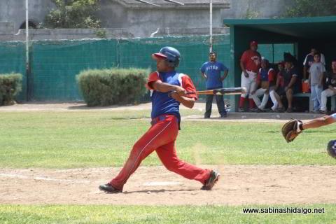Dagoberto Rodríguez bateando por Diablos en el beisbol municipal