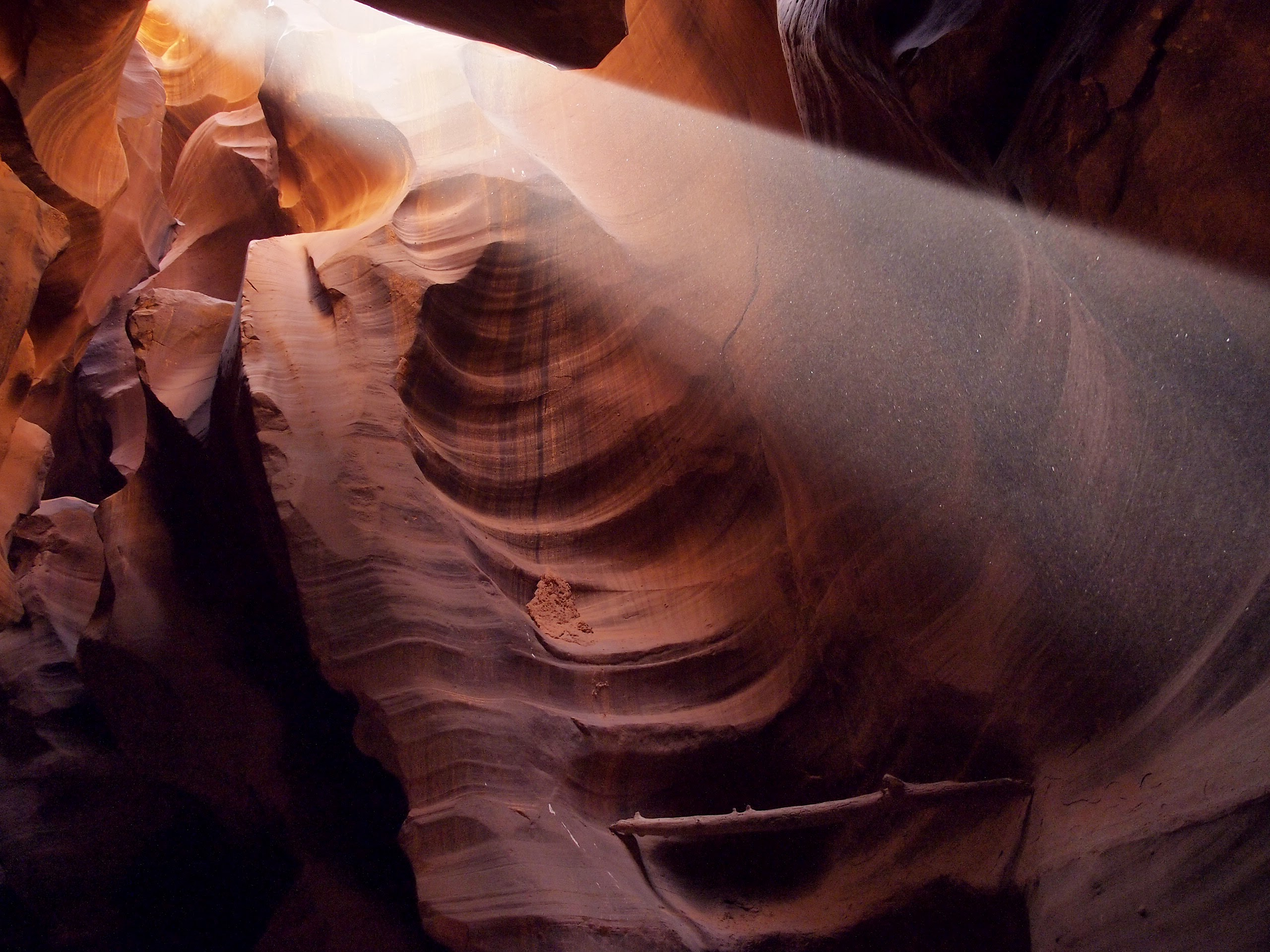 A beam of light coming through an opening in Upper Antelope Canyon