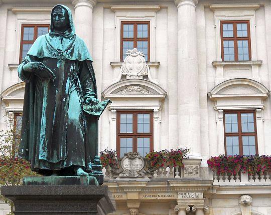 Albertus-Magnus-Denkmal vor dem Rathaus in Lauingen