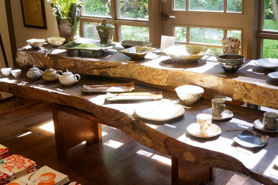 ギャラリーに並べられた陶器