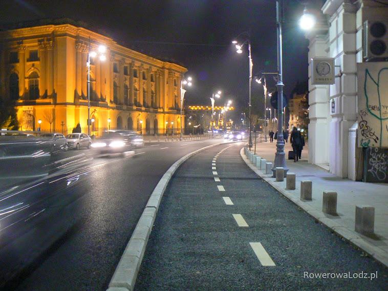 Dwukierunkowa droga dla rowerów wzdłuż jednokierunkowej jezdni dla samochodów. Wcześniej były tu 4 pasy ruchu w jedną stronę - jeden zabrano pod drogę dla rowerów.