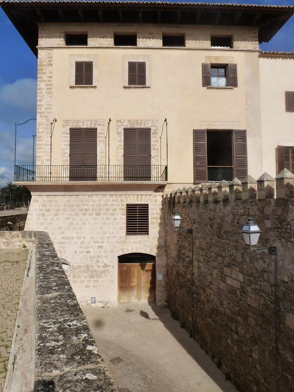 Vista desde la Portella en Dalt Murada. La muralla medieval cierra el patio de entrada.