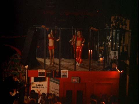 Отличительная черта «Whisky» — танцовщицы гоу-гоу разогревают публику примерно в 1966 году (в фильме «Модник Мондо»)