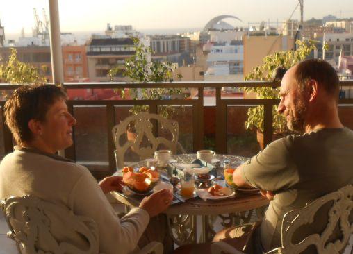 Miri und Chris beim Frühstück auf der Dachterrasse des Hotel Atlantico, Santa Cruz de Tenerife, Teneriffa