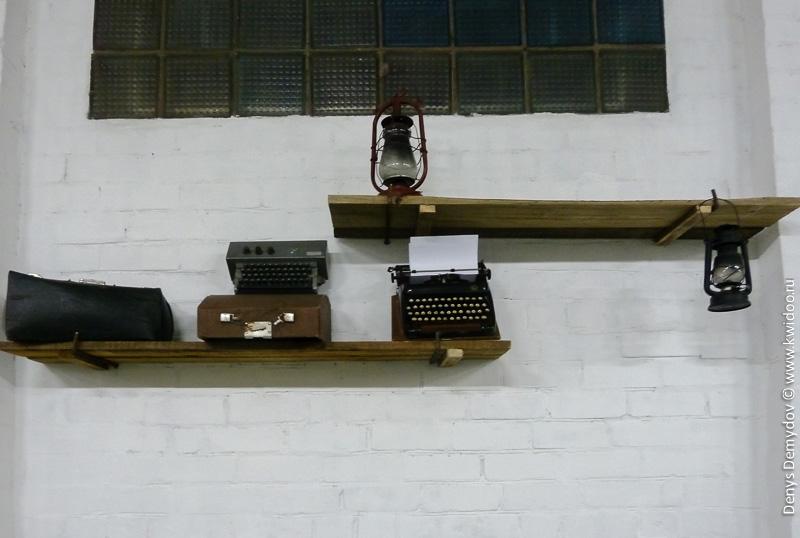 Старые печатные машинки и лампы в музее автомобилей. Зачем?