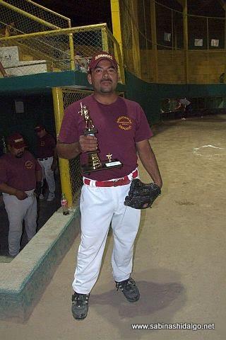 Rubén Cantú de Dirección de Deportes en el torneo de softbol de empleados municipales