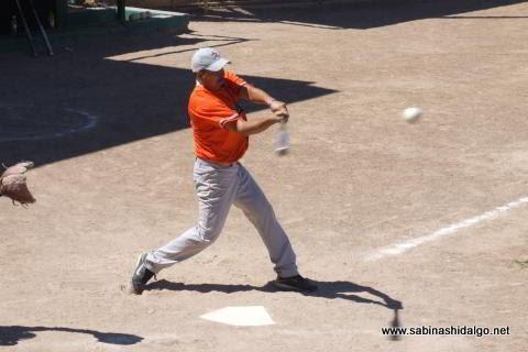 Gerardo Castellanos de Burócratas A en el softbol dominical
