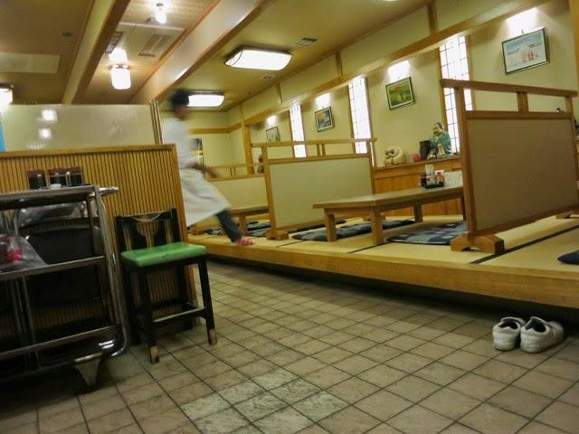 店内の小上がりのテーブル席