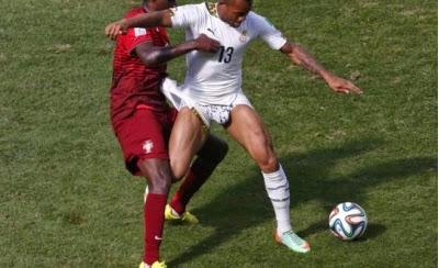 Cầu thủ Ghana bị kéo quần short thể thao trắng, lộ quần lót nam sexy trên sân cỏ