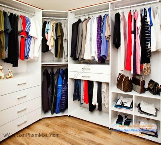 Bên trong tủ quần áo lớn