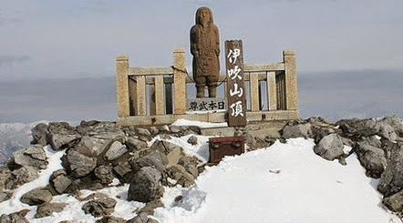 Статуя Такеру