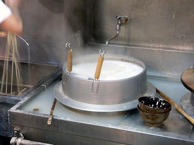 うどんを鍋で温めたり、水で締めたりするところ