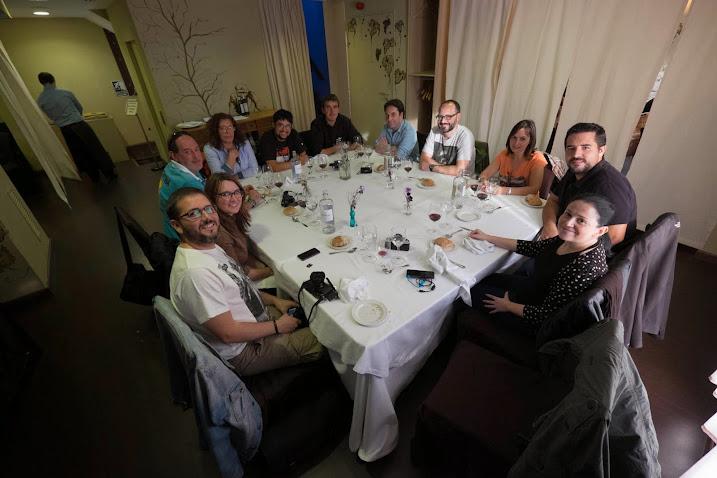 Foto de grupo durante la comida