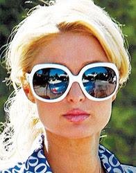 Paris Hilton com óculos de sol