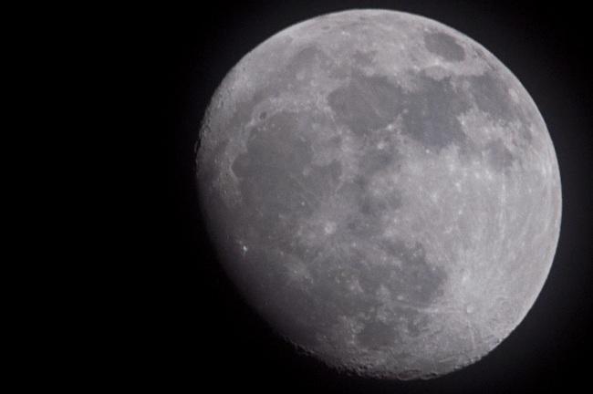 La luna esta inmensa parece un balón