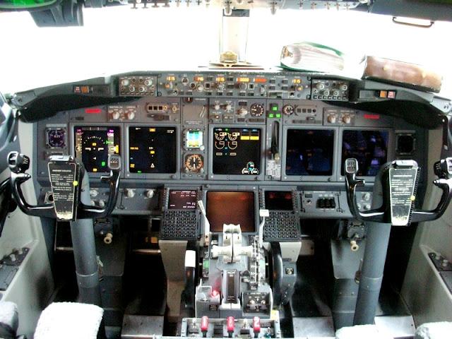 Кабина пилота самолета B737 (Boeing 737)