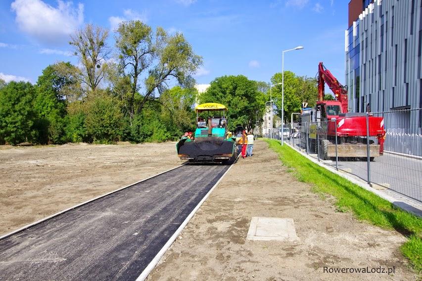 Trwa rozkładanie drugiej warstwy asfaltu
