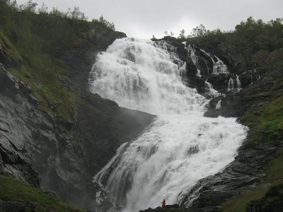 Catarata con ondina entre Myrdal y Flom (Noruega)