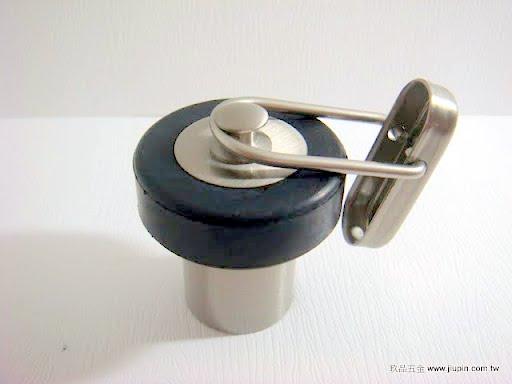 裝潢五金品名:JB03-地板門擋附鉤規格:28*45m/m顏色:SN+黑色功能:適合裝在地上防止門片撞到牆壁,風大時可使用鉤子玖品五金