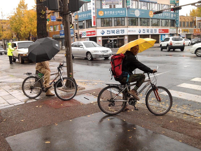 Kažkada iš manęs juokėsi nemažai žmonių ir siūlė imti skėtį važiuojant dviračiu. Visgi Korėjoje žmonės taip važinėja.