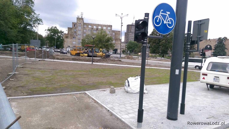 Jednak to co widać dalej bawi, albo rozczarowuje - świeżo zasiany trawnik w miejscu gdzie powinna iść droga dla rowerów w kierunku Piotrkowskiej