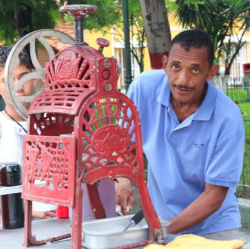 Vendedor de raspados en el día de Corpus Christi en San Francisco de Yare, Municipio Bolivar, Miranda Venezuela