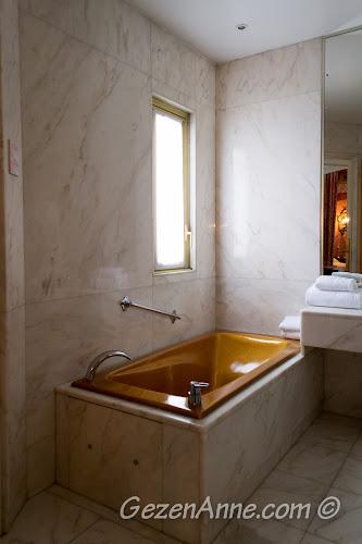 kalmış olduğumuz odadaki altın banyo küveti, Le Negresco Nis