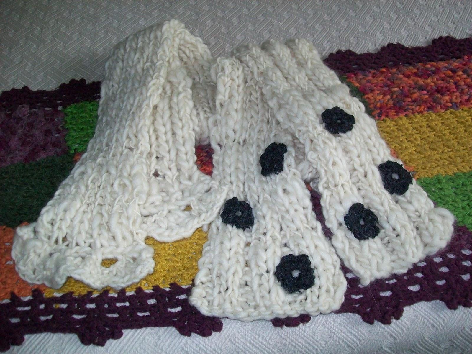 Tejida a dos agujas en lana de oveja hilada a mano, con puntilla o aplicaciones de flores