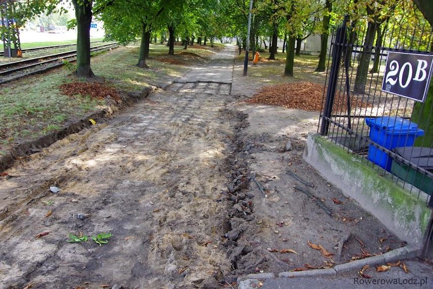 Na połowie odcinka zerwano już stary chodnik.