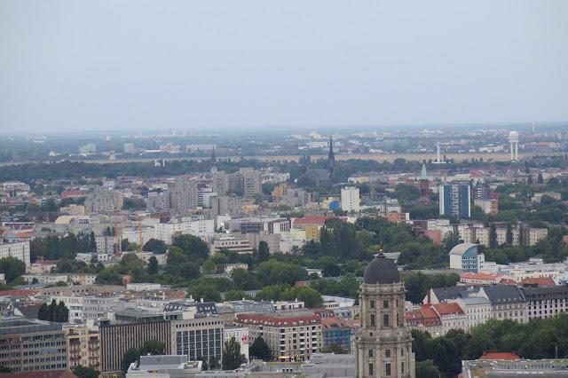 Am Horizont ist die freie Fläche des Flughafens Tempelhof zu erkennen