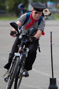 Пираты наводят страх на море, но им далеко до грозного велопирата с собакой в Казани.