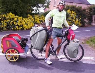 Französischer Weltenradler mit Hund Loulou in Nordirland