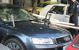 Audi destruido com picaretas