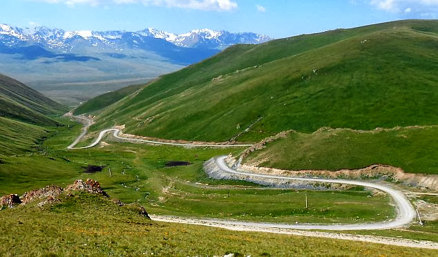 Auf dem Chamaldilga-Pass (Chomol-Dilga, Чомол Дилга, 3414 m): Blick auf die Abfahrt zum Kara-Kudzhur-Tal, Kirgistan
