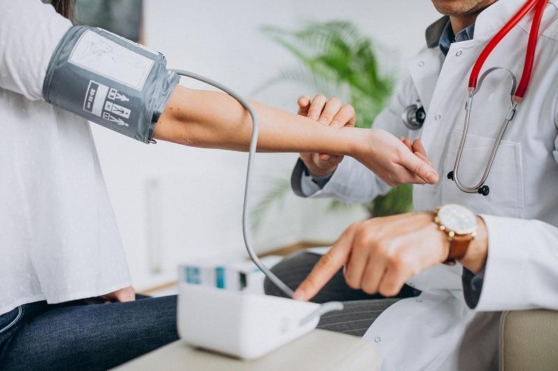 A nefrologia é uma especialidade com intersecção em outras áreas e utiliza recursos e tratamentos que ajudam o paciente não só no controle renal, como pressão arterial, diabetes e outras alterações.  (Fonte: senivpetro/Freepik/Reprodução)