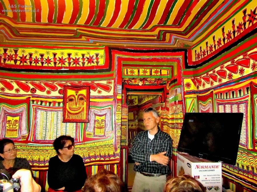 Цветной дом Офры в Шломи. Экскурсия в Галилею. Гид в Израиле Светлана Фиалкова.