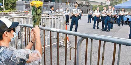 政府總部<br>有示威者在政府總部門外向警察獻花,但警察不為所動。