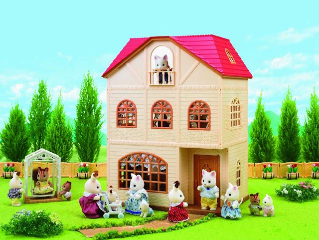 Cả gia đình chơi đùa xung quanh ngôi nhà yêu quý của mình