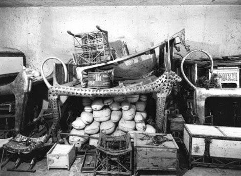 Outro ângulo da antecâmara do sarcófago com os objetos de uso pessoal do faraó em vida e objetos que ele usaria na outra vida