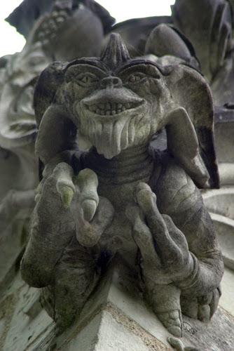 gremlin y alien en una capilla en nuestro viaje a francia