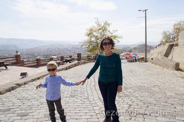 Hıdırlık tepesine doğru, arkada modern Beypazarı manzarası