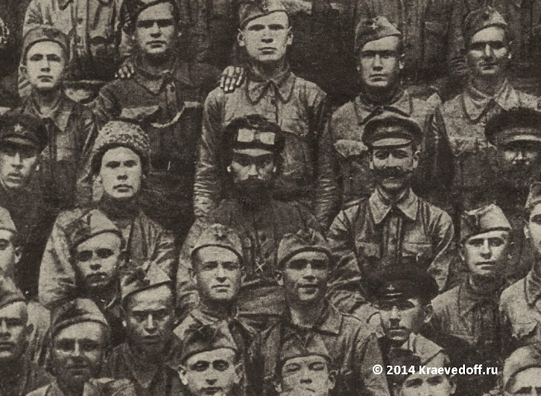 Николай Щорс среди курсантов школы комсостава