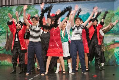 Begeisterten mit flotten Tanzauftritten in den verschiedensten Kostümen, die Frauen der Wuhrlochfrösche.