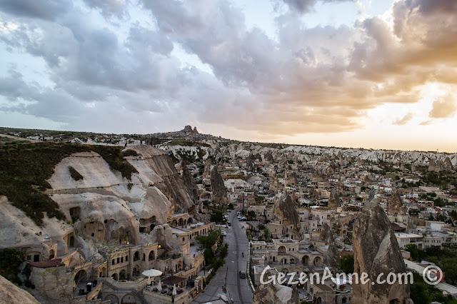 Kapadokya'da Göreme'deki Aydın Kırağı'ndan (Sunset Point) günbatımında Göreme ve Uçhisar manzarası