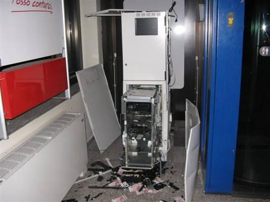 ภาพของตู้ ATM ที่ถูกแรงระเบิดอัดจนฝาเปิดออกทุกด้าน