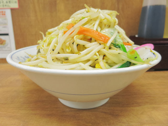 山のように野菜てんこ盛りのタンメン