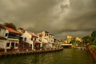 Czarne chmury nad Malakka.