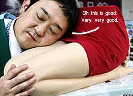 almohada con forma de piernas