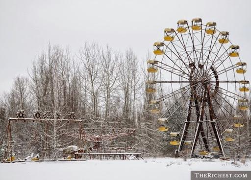 6. Chernobyl Những nỗ lực thực hiện một thử nghiệm ở nhà máy điện hạt nhân Chernobyl năm 1986 đã trở nên mất kiểm soát, tạo ra một vụ nổ gây phát tán phóng xạ vào bầu khí quyển, đánh dấu đây là thảm họa hạt nhân tồi tệ nhất lịch sử. Tuy chỉ trực tiếp gây ra cái chết của 31 người, 50.000 công nhân đã phải chiến đấu với các hệ quả lây nhiễm phóng xạ sau đó. Đồng thời, ít nhất 350.000 người đã phải sơ tán khỏi nơi cư trú và biến đây thành vùng đất chết. Theo Forbes, chính quyền Ukraina hiện tại vẫn phải dành 5 - 7% ngân sách hàng năm để khắc phục thiệt hại của thảm họa này.